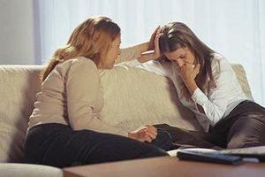 женщина помогает девушке справиться с негативными эмоциями