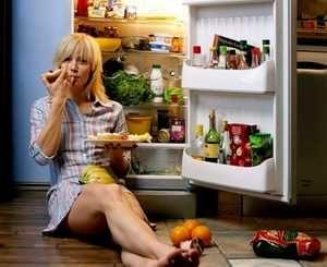 девушка возле холодильника с большим количеством продуктов