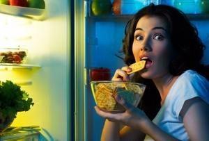 девушка кушает печенье