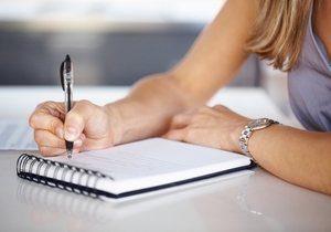 девушка заполняет дневник