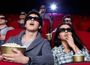 девушка и парень сидят в кинозале