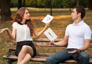 девушка и молодой человек сидят на лавочке