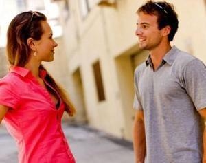 молодые люди смотрят друг на друга