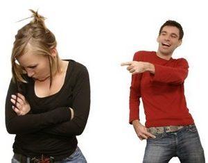 парень показывает пальцем на девушку