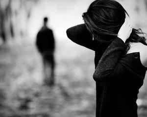 девушка смотрит на уходящего парня