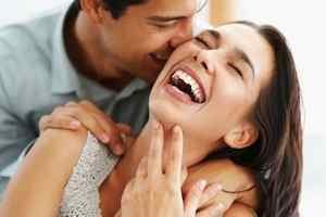 мужчина целует свою избранницу