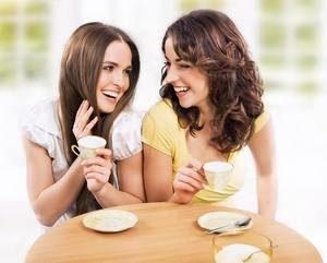 девушки пьют кофе и беседуют