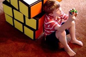 у мальчика в руках кубик Рубика