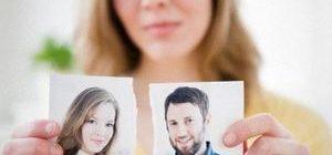 женщина разорвала фотографию с супругом