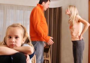 мужчина и женщина ссорятся при ребенке