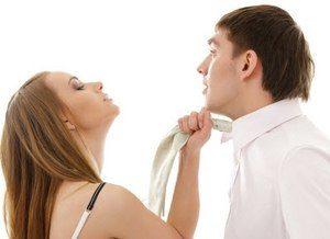девушка тянет галстук парня