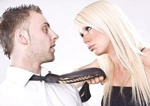 девушка смотрит в глаза парню