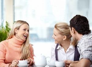 молодые люди мило общаются друг с другом