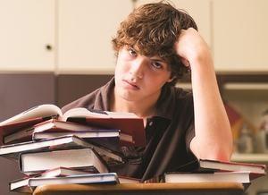 молодой человек читает книги