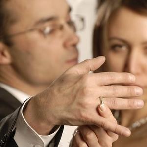 девушка трогает кольцо мужчины