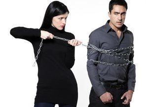 девушка удерживает мужчину цепью