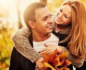 девушка и парень улыбаются