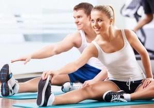 парень и девушка на занятиях в фитнес-центре