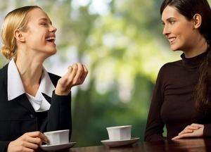 девушки мило общаются за чашечкой кофе