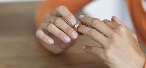 девушка снимает обручальное кольцо