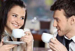 молодые люди пьют кофе