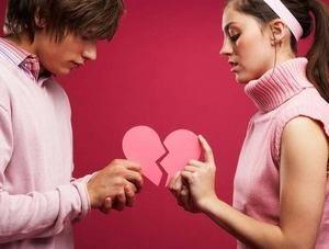 парень и девушка держат половинки сердца