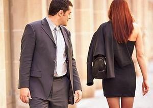 парень смотрит в след девушке