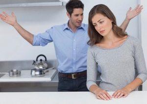 мужчина размахивает руками, разговаривая с девушкой