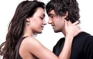 девушка обнимает молодого человека