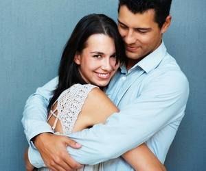 молодые люди обнимаются