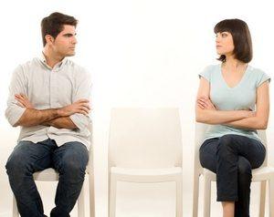 молодые люди смотрят в сторону друг друга