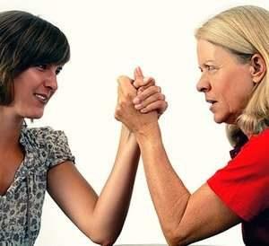 женщины соревнуются на руках