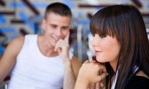 парень смотрит на девушку и улыбается