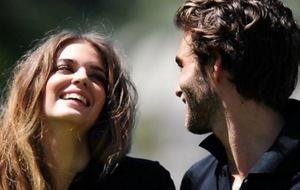молодые люди улыбаются друг другу