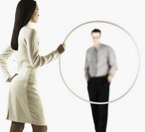 девушка держит обруч, в котором заметен парень