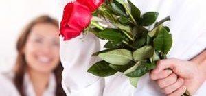 парень приготовил цветы для избранницы
