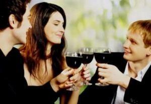 компания друзей пьет вино