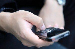 телефон в руках мужчины