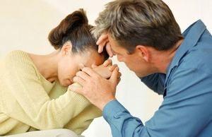 мужчина утешает женщину