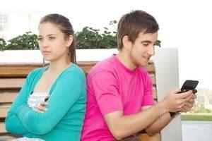молодые люди на скамейке