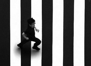 человек идет по зебре