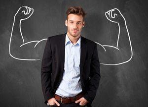молодой человек с нарисованными мускулами