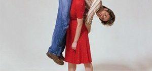 на плече девушки мужчина