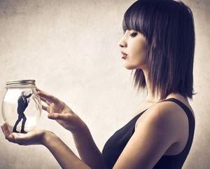 девушка держит стеклянную емкость
