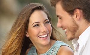 парень и девушка улыбаются друг другу