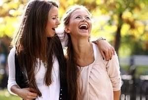 девушки шутят и смеются