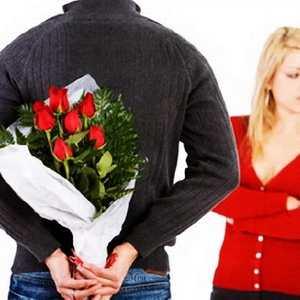 мужчина держит цветы