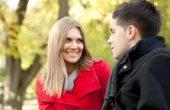 молодые люди общаются в парке