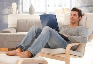 парень общается на ноутбуке