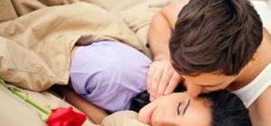 парень целует любимую